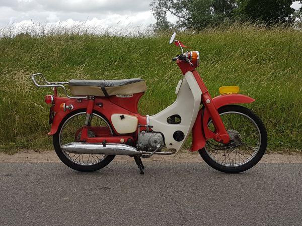 Honda-C50-Rood